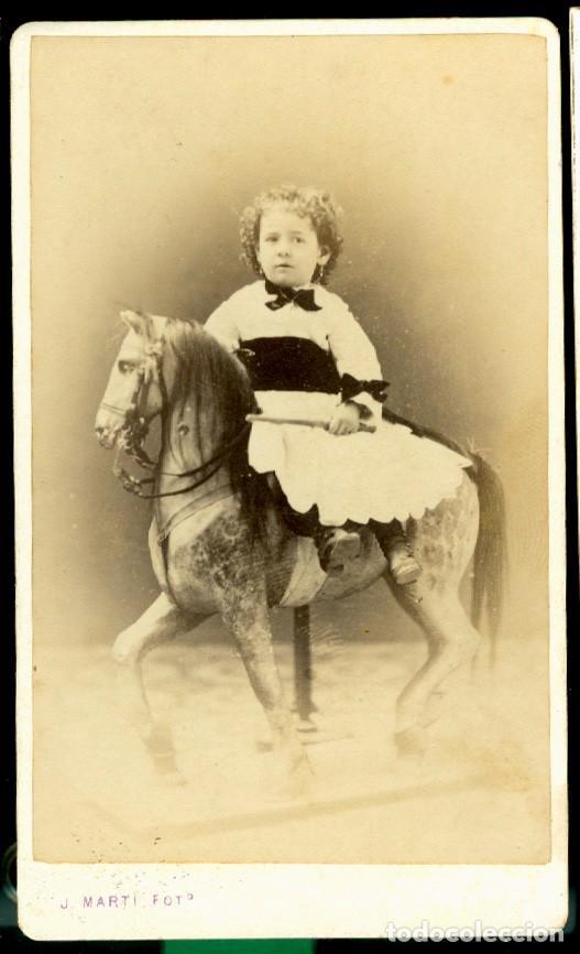 RETRATO NIÑA Y JUGUETE - 1870'S - FOTOGRAFIA JUAN MARTI (Fotografía Antigua - Cartes de Visite)