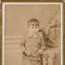 Fotografía antigua: FTO. C.V. RETRATO DE NIÑO CON ABRIGO ABOTONADO. CA.1880-1885 FOT: ANICETO GONZÁLEZ. SANTANDER. Lote 87121408