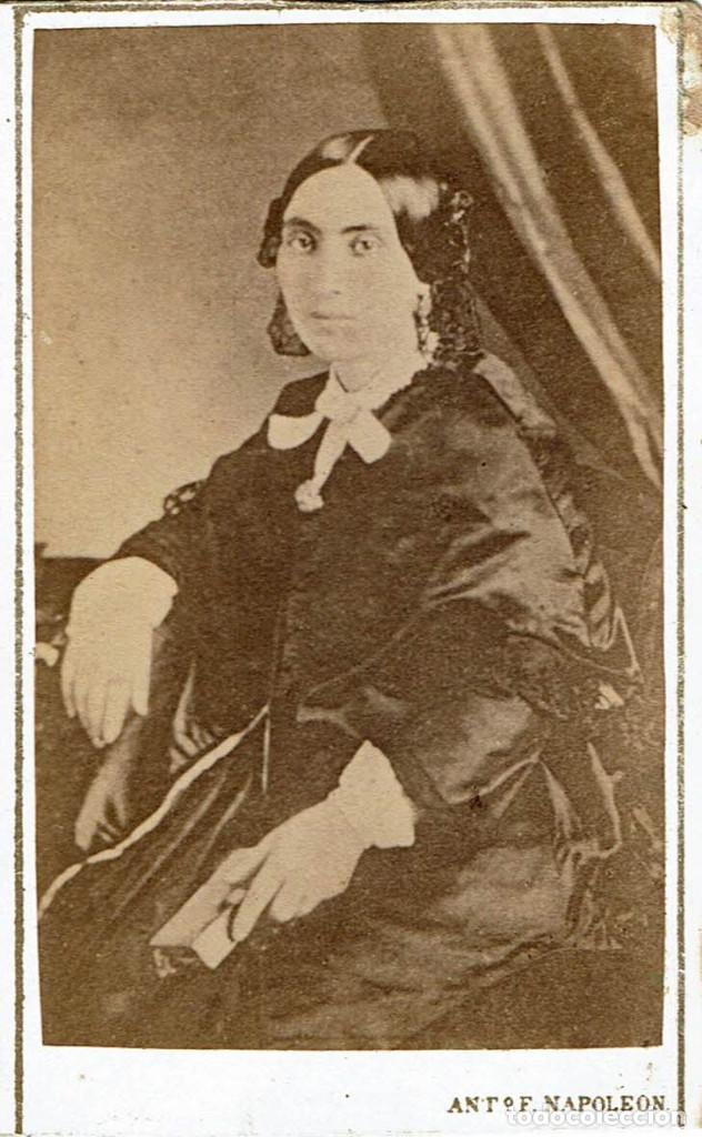 FTO. C.V. RETRATO DE DAMA SENTADA CON MISAL EN MANO. CA.1865. FOT.: ANT. F.NAPOLEON. BARCELONA (Fotografía Antigua - Cartes de Visite)