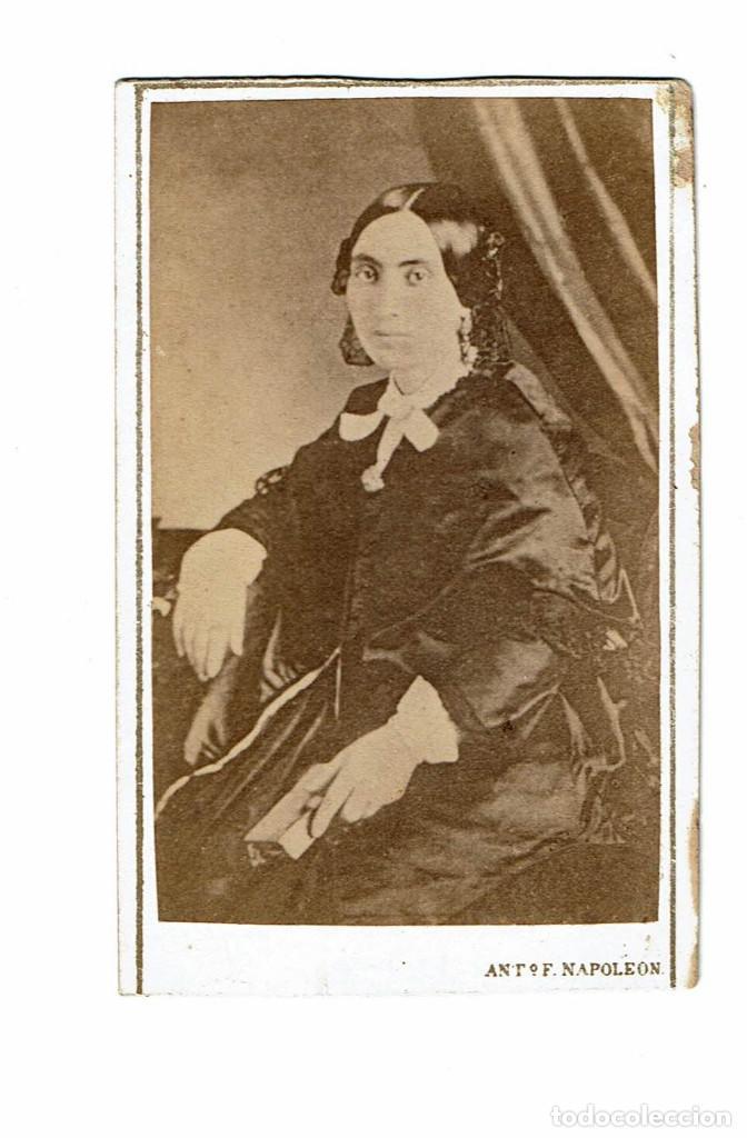 Fotografía antigua: FTO. C.V. RETRATO DE DAMA SENTADA CON MISAL EN MANO. CA.1865. FOT.: ANT. F.NAPOLEON. BARCELONA - Foto 2 - 87672484