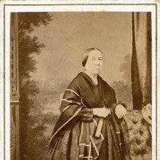Fotografía antigua: FTO.C.V. RETRATO DE SEÑORA CON MANTILLA CAIDA. CA.1865-1870. FOT.: ANT. F. NAPOLEON. BARCELONA.. Lote 87673008