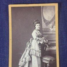 Fotografía antigua: CARTE DE VISITE CDV MUJER ABANICO TOCADO SILLA PIANO FALSO SOCIEDAD JUAN MARTÍ BARCELONA FINAL XIX. Lote 90707745