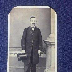 Fotografía antigua: CARTA DE VISITE CDV CABALLERO BIGOTE CHISTERA PAJARITA SOCIEDAD COLUMNA MARTÍ BARCELONA FINAL XIX. Lote 90710975