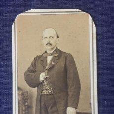 Fotografía antigua: CARTE DE VISITE CDV CABALLERO BIGOTE LEONTINA INSIGNIA LAZO FRANCO HISPANO AMERICANO BARCELONA F XIX. Lote 90715360