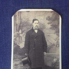 Fotografía antigua: CARTE DE VISITE CDV CABALLERO BIGOTE PAJARITA CHISTERA PAISAJE FICTICIO MARTÍ BARCELONA F XIX. Lote 90718915