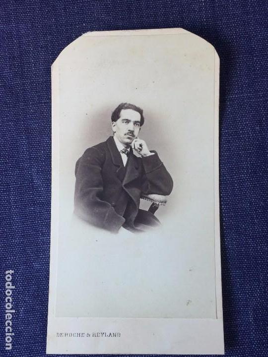 CARTE DE VISITE CDV CABALLERO BIGOTE BUTACA DEDICADA 1864 MILAN ANTONIO NEGRE MEDIADOS XIX ITALIA