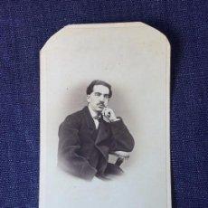 Fotografía antigua: CARTE DE VISITE CDV CABALLERO BIGOTE BUTACA DEDICADA 1864 MILÁN ANTONIO NEGRE MEDIADOS XIX ITALIA. Lote 91034700