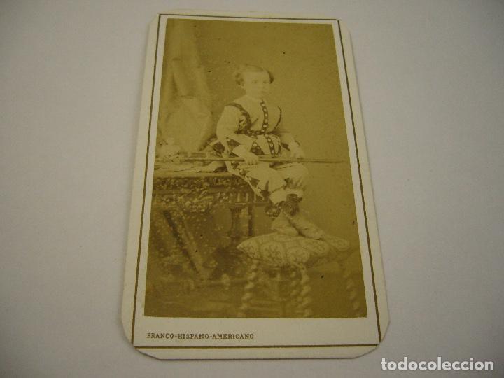 FOTO DE NIÑO ATAVIADO CON TRAJE ESPECIAL . FRANCO-HISPANO-AMERICACO . SIGLO XIX . 10 X6 CM. APROX (Fotografía Antigua - Cartes de Visite)