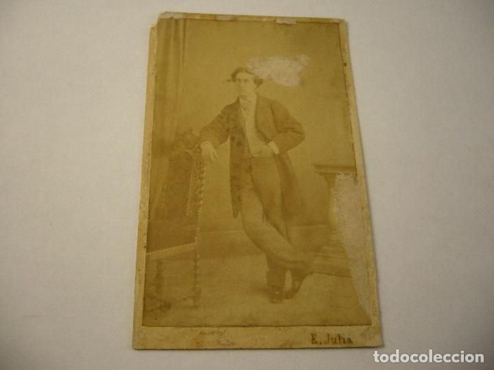 FOTO CABALLERO A IDENTIFICAR . E. JULIA . SIGLO XIX . 10 X 6 CM.APROX. FIRMADA Y DEDICADA (Fotografía Antigua - Cartes de Visite)