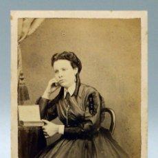 Fotografía antigua: CARTE VISITE FOTOGRAFÍA DAMA PENSATIVA CON LIBRO SIN NOMBRE ESTUDIO HACIA 1870 S XIX. Lote 101465175