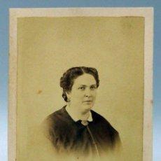 Fotografía antigua: CARTE VISITE FOTOGRAFÍA BUSTO DAMA BROCHE SIN NOMBRE ESTUDIO HACIA 1870 S XIX. Lote 101465967