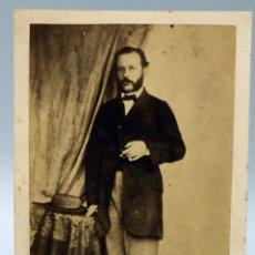 Fotografía antigua: CARTE VISITE FOTOGRAFÍA CABALLERO POSANDO DE PIE SIN NOMBRE ESTUDIO HACIA 1870 S XIX. Lote 101468219