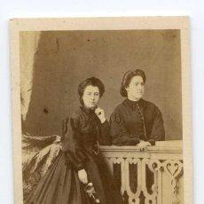 Fotografía antigua: FOTOGRAFÍA PAREJA DE DAMAS. M. DE HEBERT. RETRATISTA DE LA REAL CÁMARA. CIRCA 1860. Lote 107216903