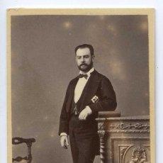 Fotografía antigua: FOTOGRAFÍA RETRATO CABALLERO CONDECORADO E. OTERO. MADRID. SELLO EN SECO. CA. 1860. Lote 107218019