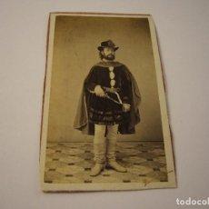 Fotografía antigua: FOTO DE CABALLERO CON INDUMENTARIA ESPECIAL. CONDE DE VERNAY . SIGLO XIX, 10 X 6 CM.. Lote 109554811