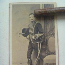 Fotografía antigua: CDV DE OFICIAL DE CABALLERIA DEL SIGLO XIX ; DRAGON DE LA GUARDIA DE ISABEL II . DE VERNAY , MADRID. Lote 112617875