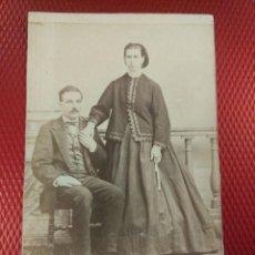 Fotografía antigua: ALBUMINA FORMATO TARJETA VISITA RETRATO DE PAREJA. J. L. ARTIGAGA FOTÓGRAFO SEGOVIA.. Lote 113608515