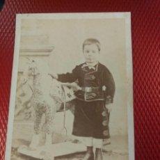 Fotografía antigua: ALBUMINA RETRATO NIÑO TRAJE REGIONAL Y CABALLO DE JUGUETE J. L. ARTIGAGA FOTÓGRAFO SEGOVIA. . Lote 113658295