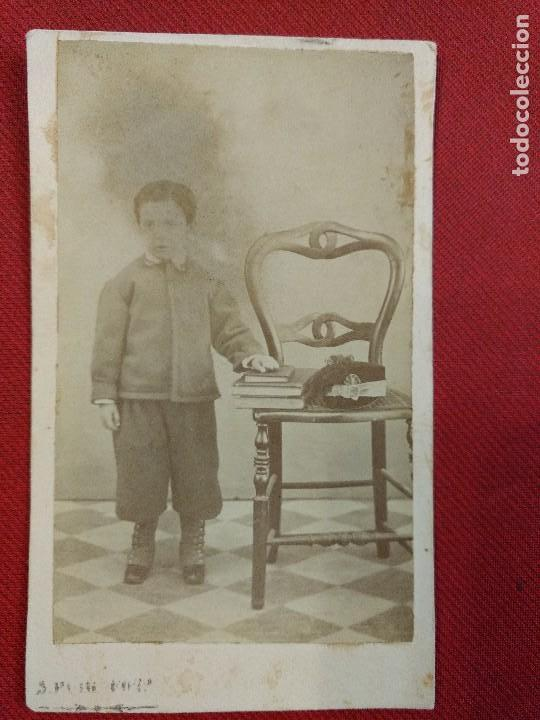 ALBUMINA FORMATO TARJETA VISTA RETRATO NINO CON SILLA Y LIBROS FOTOGRAFO S PUIG DESENGANO
