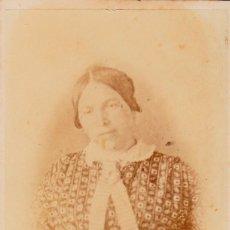 Fotografía antigua: ANTIGUA CARTA DE VISITA. RETRATO MUJER CON BONITO VESTIDO ESTAMPADO Y LAZO. SIGLO XIX. ANÓNIMA. FR. Lote 125300151