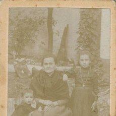 Fotografía antigua: FTO. C.V. RETRATO DE SEÑORA CON SUS NIETOS. CA.1890-1895 FOT. ANTONIO JIMÉNEZ. GUADALUPE.(CÁCERES). Lote 125878035