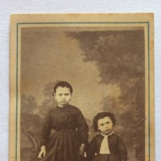Fotografía antigua: FOTO ALBUMINA CDV. DOS NIÑAS. FOTOGRAFÍA L. SELLIER Y AVRILLON. CORUÑA Y FERROL. GALICIA.. Lote 128460971