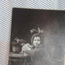 Fotografía antigua: *NIÑA CON MUÑECA * AÑOS 20-30. MODERN STUDI PELLICER. BARCELONA. 14,5 X 9,5. INFO Y 2 FOTOS.. Lote 128482731