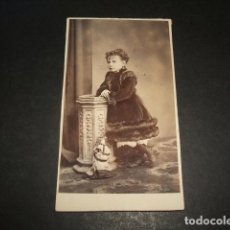 Fotografía antigua: RETRATO DE NIÑA CON MUÑECA CARTE DE VISITE HACIA 1870. Lote 132603742