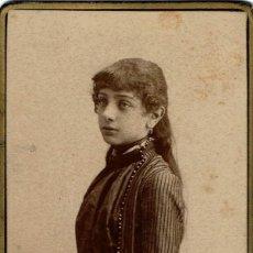 Fotografía antigua: FTO. C.V. RETRATO DE DAMA DE PIE CON MANOS COGIDAS. CA. 1885. FOT.: R.DEL FRESNO. OVIEDO. . Lote 134944302