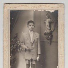 Fotografía antigua: ANTIGUA FOTOGRAFÍA, CDV, CARTA DE VISITA, IBAÑEZ, GANDIA, VALENCIA, NIÑO CON TRAJE, COMUNIÓN. Lote 135729575