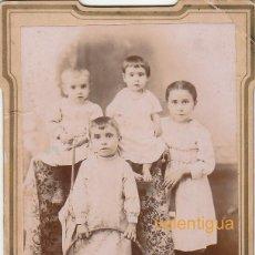 Fotografía antigua: MAGNÍFICA FOTO CDV CABINET. GRUPO NIÑOS POSANDO CON ARO DE JUGUETE Y ABANICO. FINALES XIX PPS XX CB. Lote 136484734