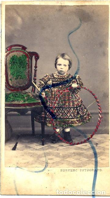 FOTO M.HOSTENC -BARCELONA RETRATONIÑA CON ARO COLOREADO A MANO C.D.V. CON REVERSO (Fotografía Antigua - Cartes de Visite)