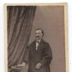 Fotografía antigua: MAGISTRADO O ACADÉMICO CON TOGA Y BIRRETE, DORSO EN BLANCO, SIN INDICACIÓN DE FOTÓGRAFO, CIRCA 1860. Lote 140621478