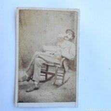 Fotografía antigua: CARTE DE VISITE CABALLERO EN MECEDORA LEYENDO EL PERIODICO POPULAR CUBA 1877. Lote 143073309