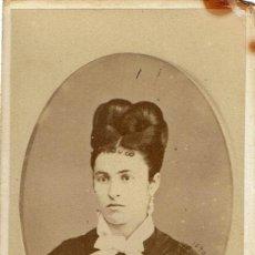 Fotografía antigua: FTO. C.V. RETRATO EN OVALO DE SEÑORA CON PAÑUELO AL CUELLO. CA. 1880. FOT.: J. GUTIERREZ. MADRID.. Lote 144653094
