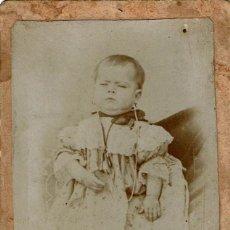 Fotografía antigua: C.V. BEBÉ POST-MORTEM, SUJETADO POR DETRÁS. CA.1870. FOT. A. REDONDO.VILLANUEVA DE CÓRDOBA (CÓRDOBA). Lote 144767854