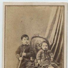 Fotografía antigua: PAREJA DE NIÑOS, FOTO CDV DE ROVIRA Y DURAN, FOTOGRAFÍA UNIVERSAL. BARCELONA. Lote 145286362