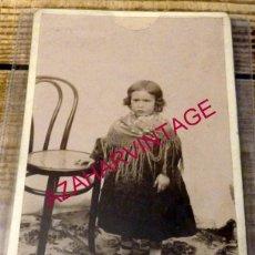 Fotografía antigua: SEVILLA, SIGLO XIX, ESPECTACULAR CDV DE UNA NIÑA CON MANTON, 105X165MM. Lote 146856958