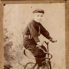 Fotografía antigua: FOTO RETRATO DE NIÑO MONTADO SOBRE SU TRICICLO. CA.1885. FOT.:VDA. DE PALOMARES. VALENCIA. Lote 148624910
