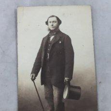 Fotografía antigua: CDV CARTA DE VISITA CABALLERO CHISTERA SOMBRERO PATILLAS FINALES SIGLO XIX. Lote 149565650