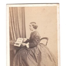Fotografía antigua - retrato cdv de dama mirando un álbum de fotografías. Nombre reverso, foto: bisson freres. - 154988602