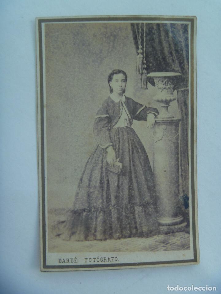 CDV DE SEÑORA DEL SIGLO XIX CON LIBRO. DE DARDÉ , BARCELONA (Fotografía Antigua - Cartes de Visite)