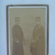 Fotografía antigua - CDV DE UN MILITARES DE INFANTERIA CON TERESIANA, ABRIGO Y CAPA , SIGLO XIX . MADRID ? - 157974798