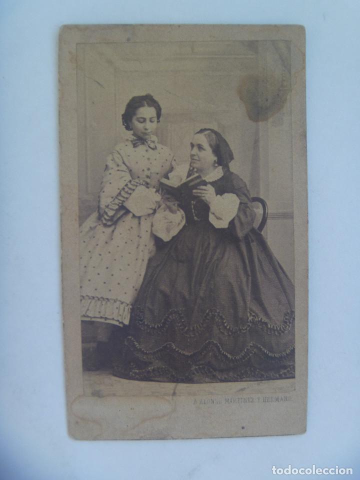 CDV DE SEÑORA Y NIÑA CON LIBRO, SIGLO XIX. DE ALONSO MARTINEZ Y HERMANO, MADRID (Fotografía Antigua - Cartes de Visite)