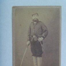 Fotografía antigua: GUERRAS CARLISTAS: CDV DE MILITAR CON SABLE Y RARO UNIFORME, SIGLO XIX. DE MARIEZCURRENA, BARCELONA. Lote 159821314