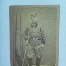 Fotografía antigua: GUERRAS CARLISTAS: CDV DE MILITAR CON SABLE Y RARO UNIFORME, SIGLO XIX. DE PASCUAL Y JOFRE, BLANES. Lote 159829810