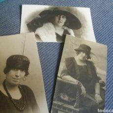 Fotografía antigua: 3 FOTOS SEÑORAS TRAJE MODA FEMENINA PLUMAS SOMBREROS PEINADOS TAMAÑO CDV C.1920 . Lote 168453388