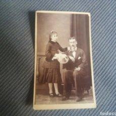 Fotografía antigua: CDV PADRE E HIJA C.1880 VESTIDO SOMBRERO TRAJE . Lote 168493748
