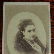 Fotografía antigua: FOTOGRAFIA ALBUMINA TIPO CDV, MUJER SIGLO XIX, FOTO ARAMBURU, SEVILLA, MIDE 9,5 X 5,5 CMS.. Lote 169386216
