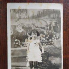 Fotografía antigua: CARTA DE VISITA, NIÑA DE 9-10 AÑOS CON VESTIDO Y BOLSO BLANCO JUNTO A SILLA DE MIMBRE AÑOS 30-40´S. Lote 171034987